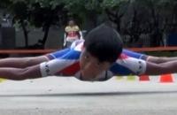 Jongen rolschaatst onder een auto door