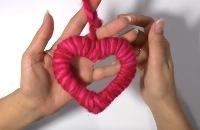 Hartje knutselen voor Valentijnsdag van karton en een bol wol