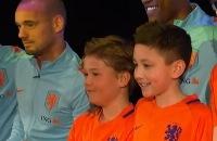 Jeugdjournaal - Zieke Kenney (11) voetbalt met spelers van Oranje